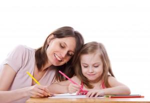 Maman et sa petite fille sur son bureau enfant