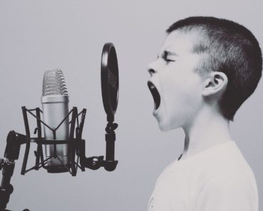 Enfant chante dans un micro